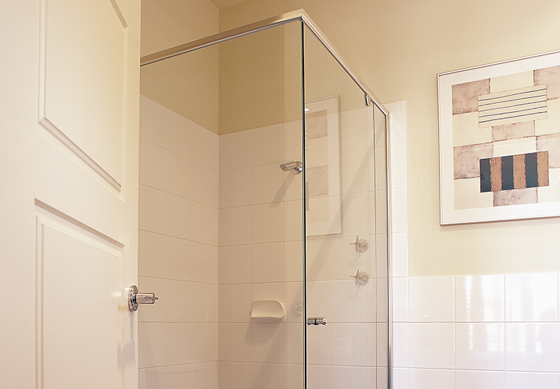 Profile semi-frameless showerscreens